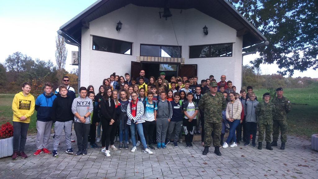 """Učenici posjetili vojarnu """"Pukovnik Predrag Matanović"""" u Petrinji"""